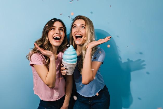 Excité De Jeunes Filles Sous Les Confettis Photo gratuit