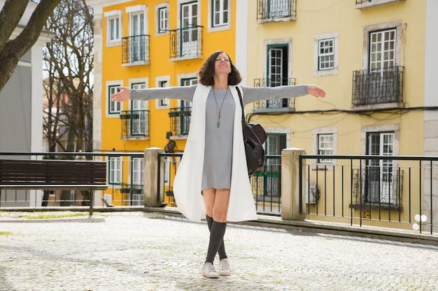 Excité touristique posant dans la vieille ville Photo gratuit