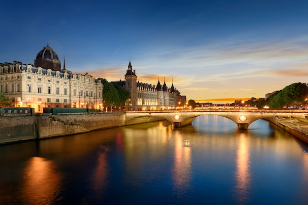 Excursion En Bateau Sur La Seine à Paris Avec Le Coucher Du Soleil. Paris, France Photo Premium