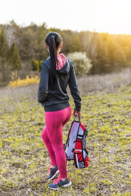 Excursionniste portant un sac à dos à la montagne Photo gratuit