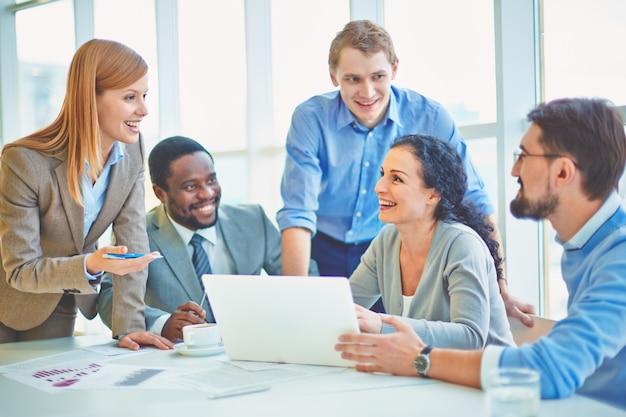 Executives plaisanteries et rire dans le bureau Photo gratuit