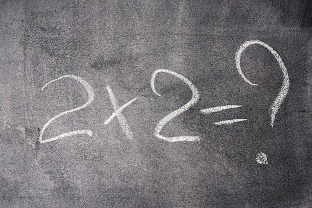 Exemple Mathématique Deux Fois Deux Est écrit à La Craie Blanche Sur Un Tableau Noir Photo Premium