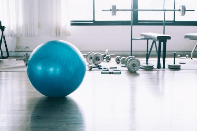 Exercice ballon de couleur bleue en fitness, équipement de gymnastique en club sportif. Photo Premium