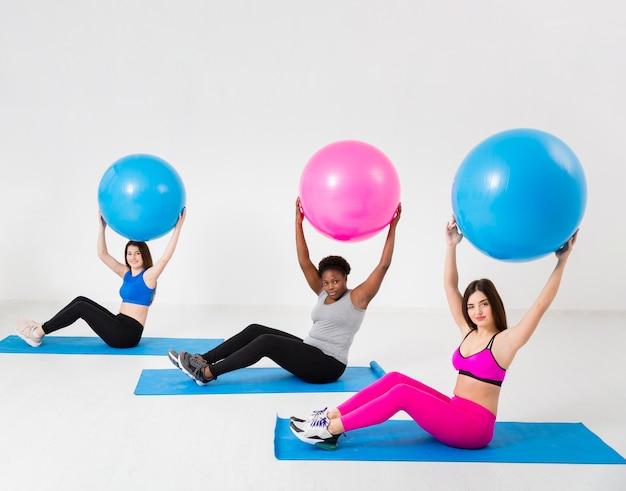 Exercice De Classe De Fitness Avec Des Balles Photo gratuit
