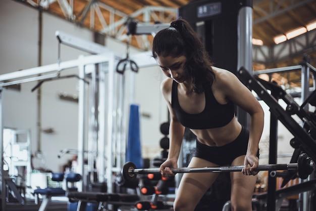 Exercice de femme dans la salle de fitness Photo Premium