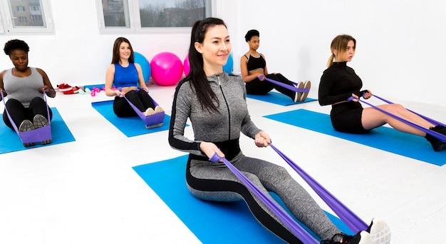 Exercice de fitness avec corde à sauter Photo gratuit