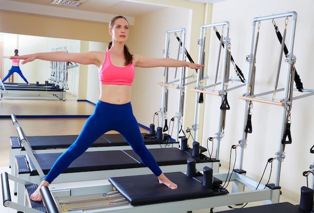 Exercice fractionné côté femme réformatrice de pilates Photo Premium