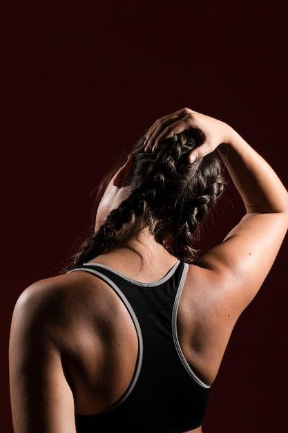 Exercice de la tête dans un arrière-plan sombre par derrière Photo gratuit