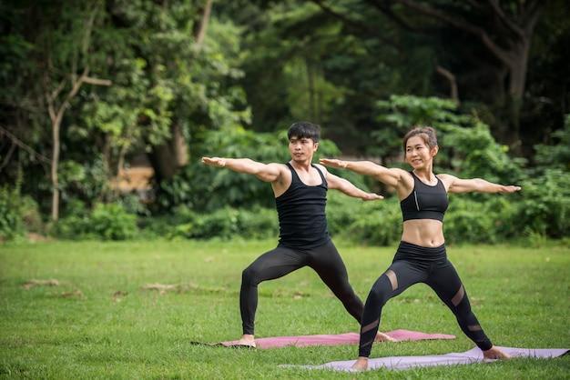 Exercices de yoga en bonne santé dans le parc Photo gratuit