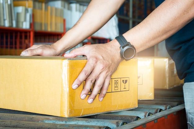 Expédition, Boîtes à Colis, Boîtes De Tri Des Travailleurs Sur Tapis Roulant à L'entrepôt De Distribution. Photo Premium
