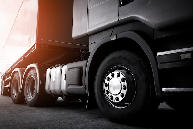 Expédition De Fret Routier Par Camion. Semi Camion Sur Parking. Photo Premium
