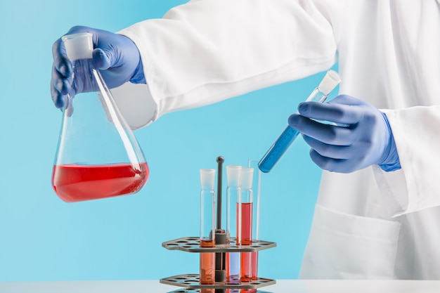 Expériences Dans Un Laboratoire De Chimie. Mener Une Expérience En Laboratoire. Photo gratuit