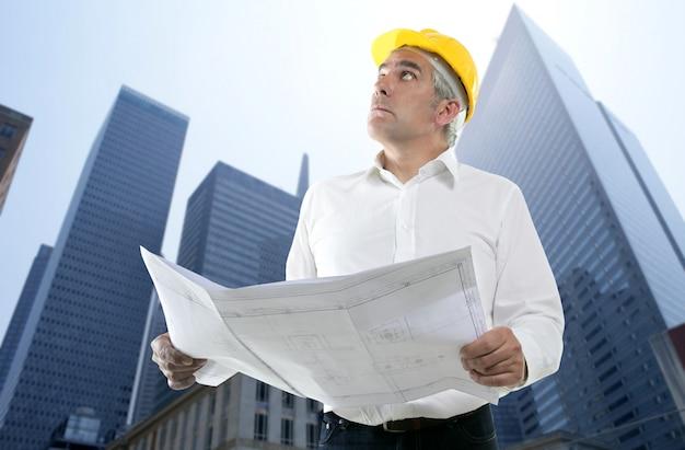 Expertise architecte plan à la recherche de bâtiment Photo Premium