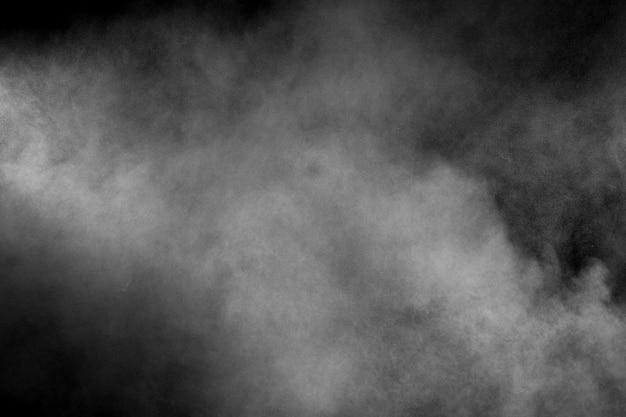 Explosion de poudre blanche abstraite sur fond noir Photo Premium
