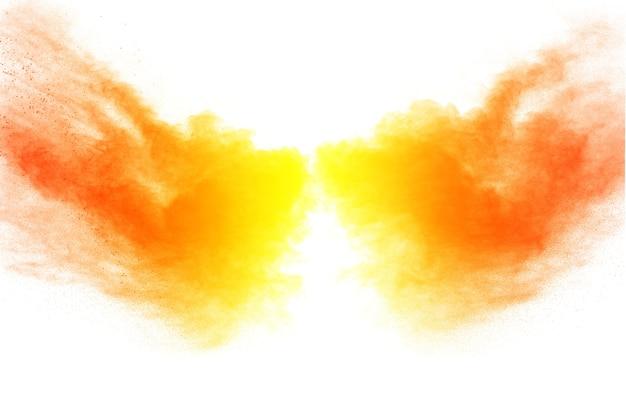 Explosion de poudre de couleur orange sur fond blanc. Photo Premium