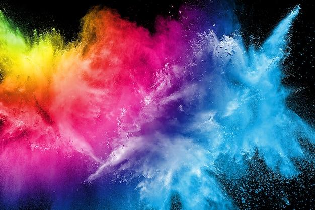 Explosion de poudre multicolore sur fond noir Photo Premium