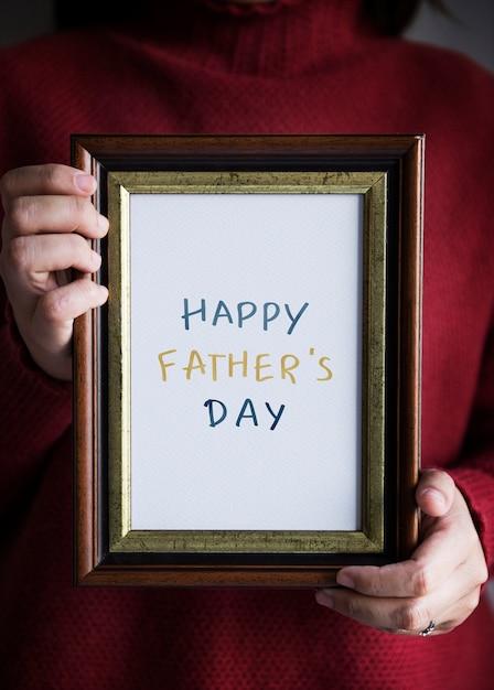 Expression de la fête des pères heureux dans un cadre Photo gratuit