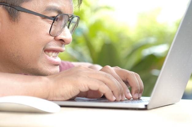 L'expression des hommes lorsque l'on travaille devant un ordinateur Photo Premium