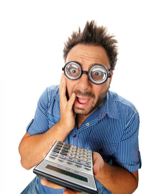 Expression surprise d'un jeune homme avec une calculatrice Photo Premium