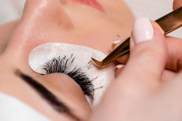 Extensions de cils dans le salon de beauté. formation et marquage. Photo Premium