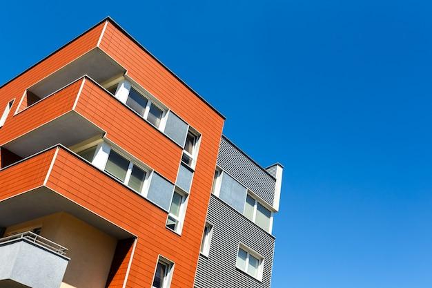 Extérieur d'un immeuble moderne sur un ciel bleu Photo Premium