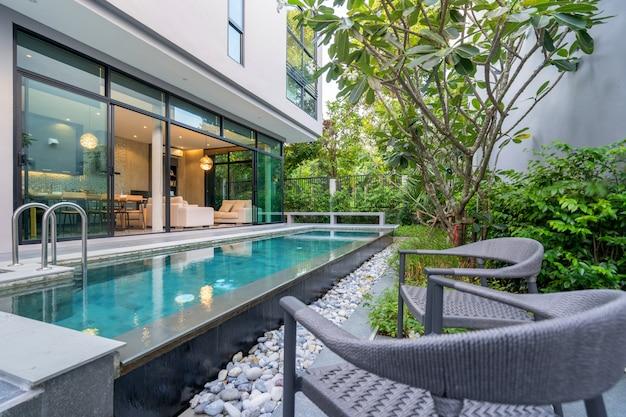 Extérieur maison avec piscine dans la maison Photo Premium