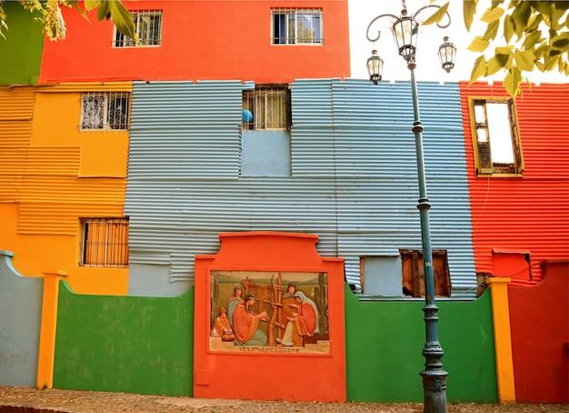 Extérieur peint coloré des maisons dans le quartier de la boca, buenos aires, argentine, amérique du sud Photo Premium