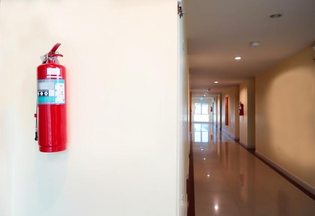 Extincteur à installer devant la salle. concept de système de sécurité. Photo Premium