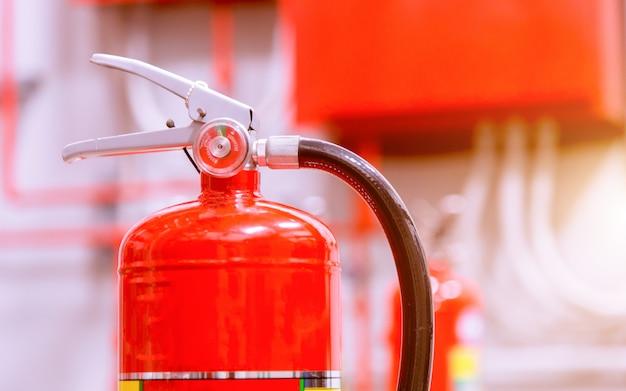 Extincteurs disponibles en cas d'incendie. Photo Premium