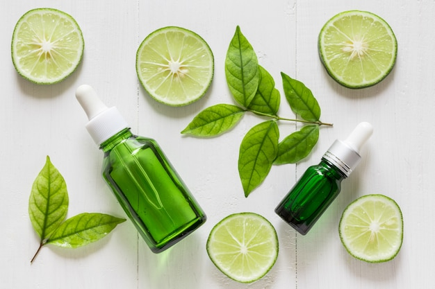 Extrait de citron vert vitamine c pour le traitement de la peau et les remèdes Photo Premium