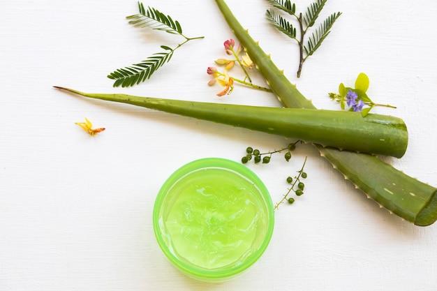 Extrait De Gel Apaisant à Base De Plantes Cosmétiques Naturels Aloe Vela à Base De Plantes Photo Premium