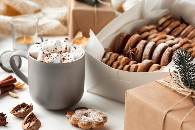 Fabrication De Boulangerie Maison, Biscuits De Pain D'épice En Forme De Gros Plan D'arbre De Noël. Photo gratuit