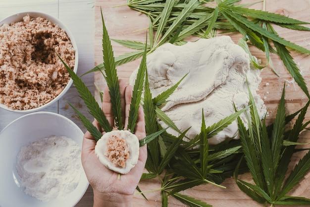 Fabriquez des bonbons en utilisant des feuilles de marijuana. Photo gratuit