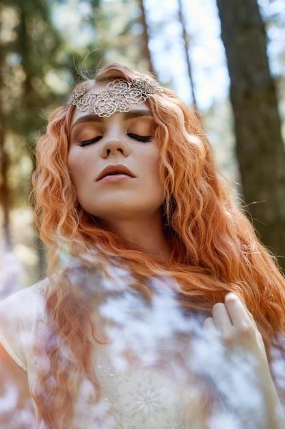 Fabuleux portrait d'une fille rousse dans la nature Photo Premium