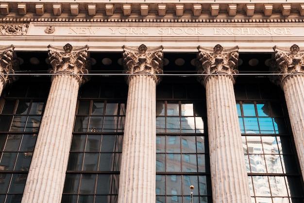 Façade de l'ancien bâtiment avec des colonnes de la bourse de new york Photo gratuit