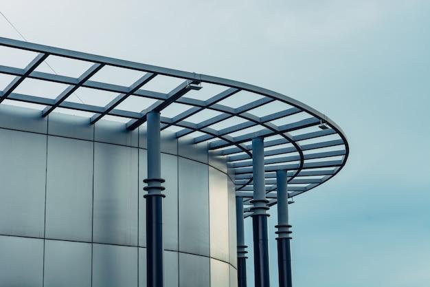 Une façade arrondie d'un bâtiment de verre moderne contre le ciel. Photo Premium