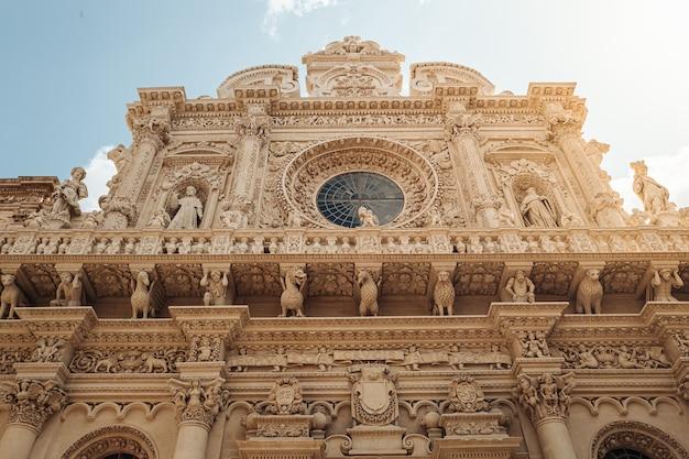 La façade de la basilique de santa croce dans le sud de l'italie. Photo Premium
