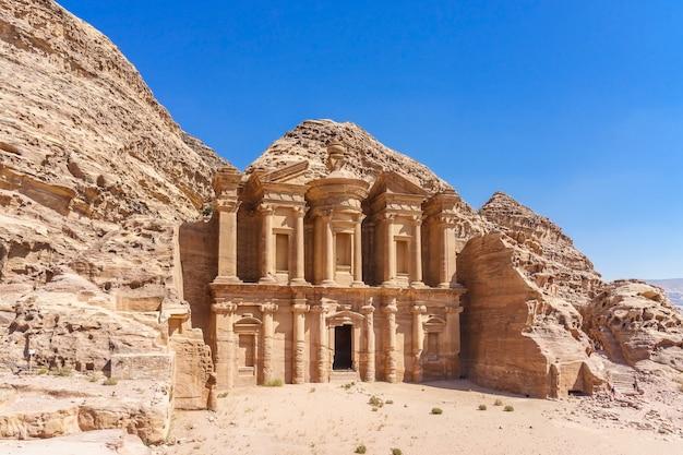 Façade célèbre de ad deir dans la ville antique de petra, en jordanie. monastère dans la ville antique de petra. Photo Premium