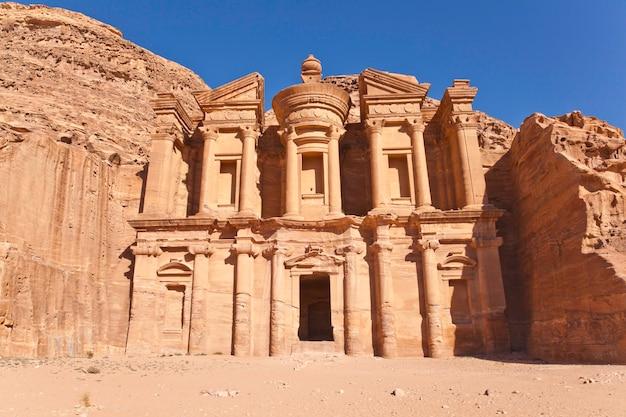 Façade du monastère à petra, jordanie Photo Premium