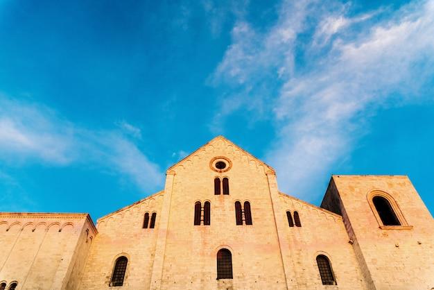Façade de l'église basilique de saint-nicolas à bari, en italie. Photo Premium