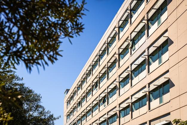 Façade d'un immeuble moderne éclairé par le soleil Photo Premium