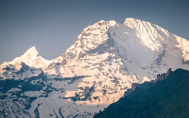 Face nord brillante du mont ganesh à gorkha, au népal Photo Premium