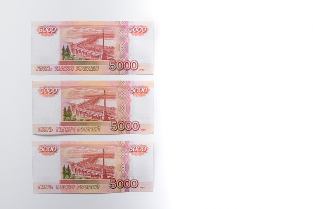 Facture de cinq mille roubles. roubles russes. un groupe de 5000 billets de banque russes se bouchent. papier-monnaie russe. Photo Premium