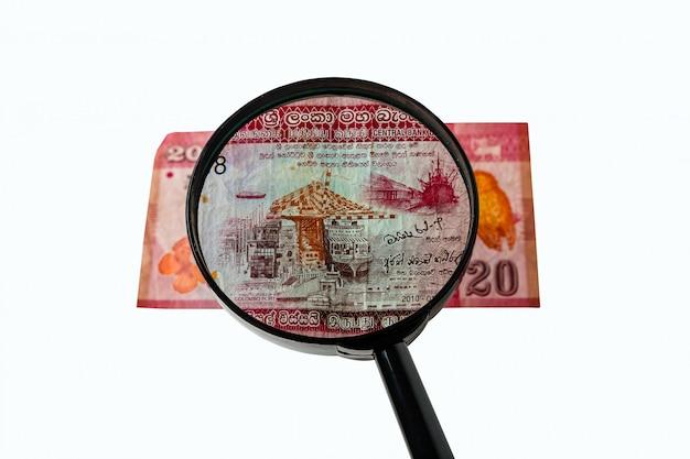 Facture de vingt roupies sri lanka et une loupe Photo Premium