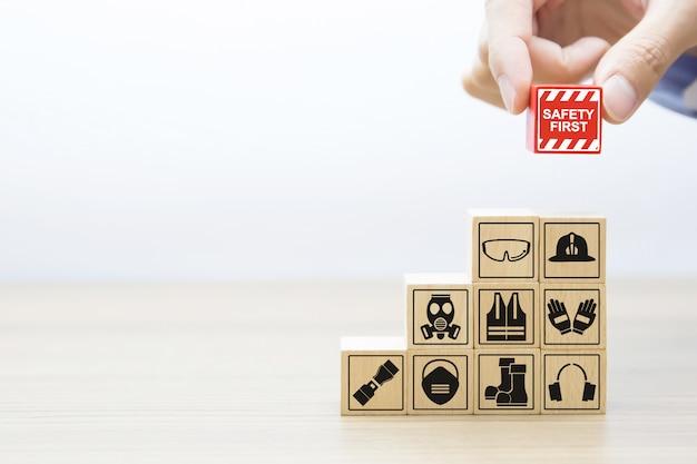 Fafety first icônes graphiques sur des blocs de bois. Photo Premium