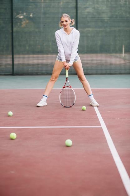 Faible angle, femme, tennis jouant Photo gratuit