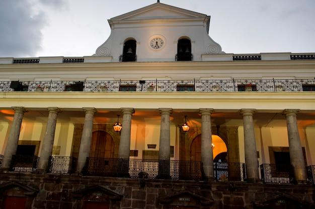 Faible angle de vue d'un bâtiment, casa de gobierno de ecuador, centre historique, quito, équateur Photo Premium