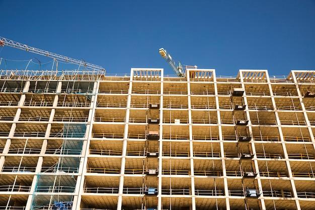 Faible angle de vue du chantier de construction sur ciel bleu Photo gratuit
