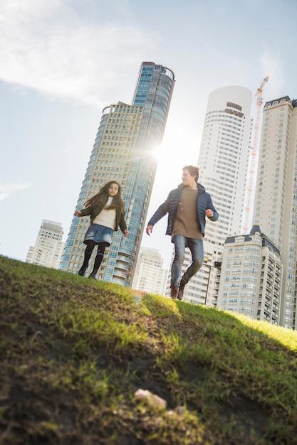 Faible angle de vue du père et de la fille qui marche dans le parc Photo gratuit