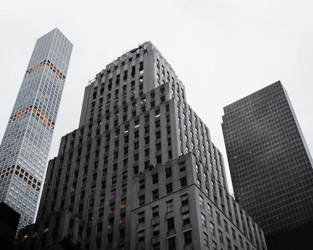 Faible angle de vue d'immeubles de grande hauteur Photo gratuit